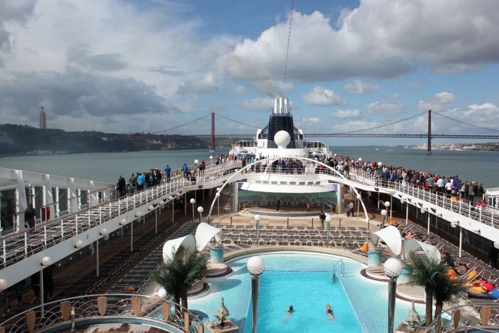MSC Poesia Pooldeck in Lissabon mit Ponte 25 de Abril