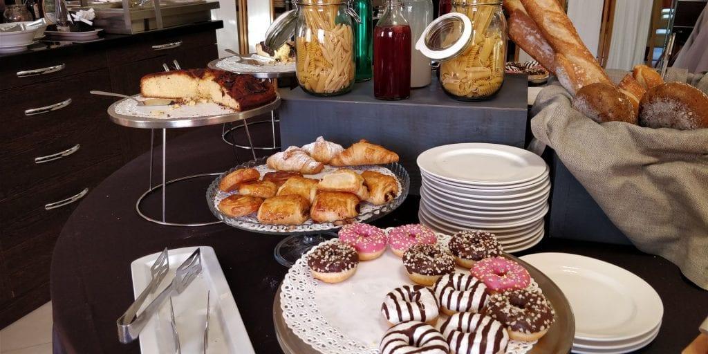 Hilton Garden Inn Milan Malpensa Frühstück Buffet Gebäck