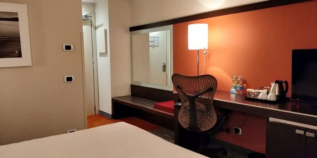 Hilton Garden Inn Milan Malpensa Zimmer Schreibtisch