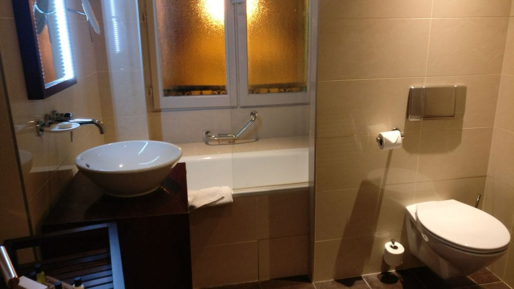Holiday Inn Paris Elysees Executive Room Bathroom