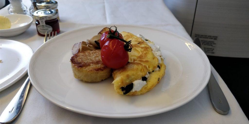 British Airways First Class Boeing 777 Frühstück Omelett Hauptspeise
