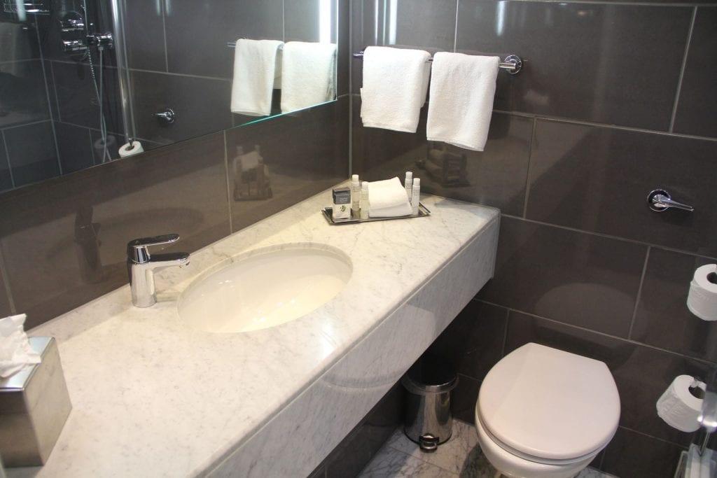 Doubletree Bristol Queen Room Bathroom