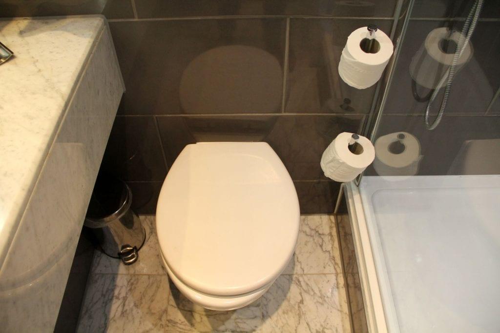 Doubletree Bristol Queen Room Bathroom 4