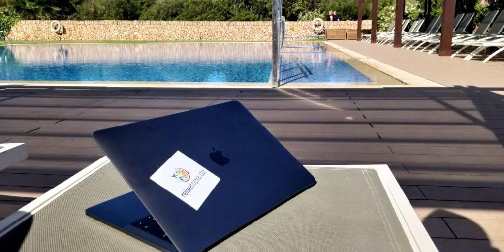 Moritz Laptop Pool MacBook Pro reisetopia