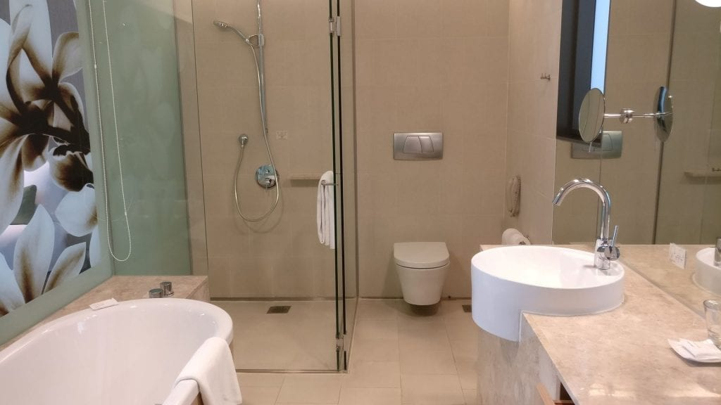 Crowne Plaza Singapur Changi Airport Premier Room Bad