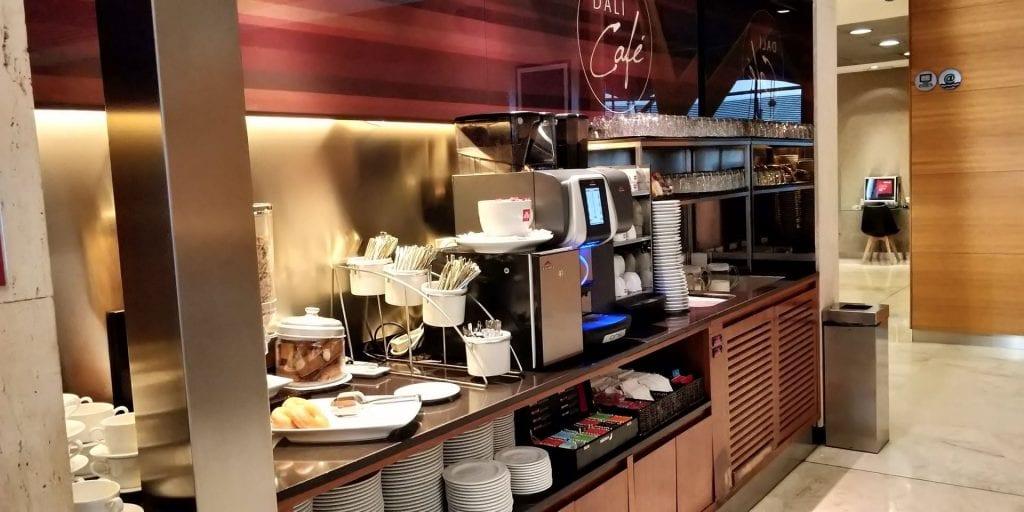 Iberia Dali Lounge Madrid T4 Buffet Kaffeemaschine