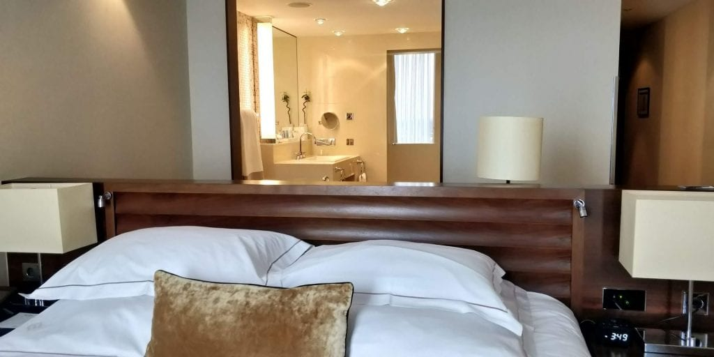 Jumeirah Frankfurt Zimmer Bett Bad