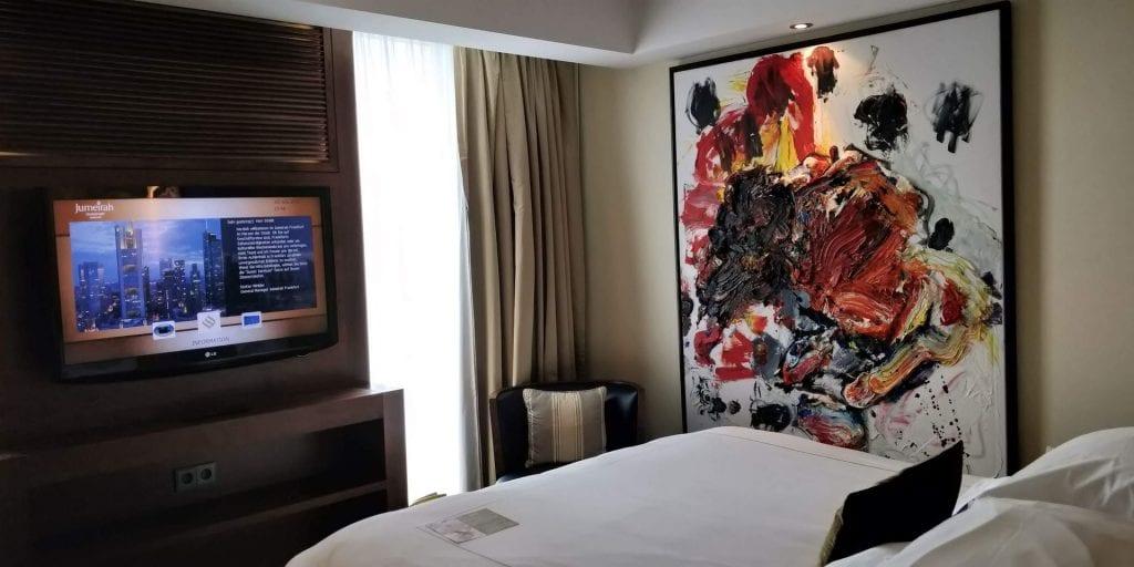 Jumeirah Frankfurt Zimmer Bett Fernseher