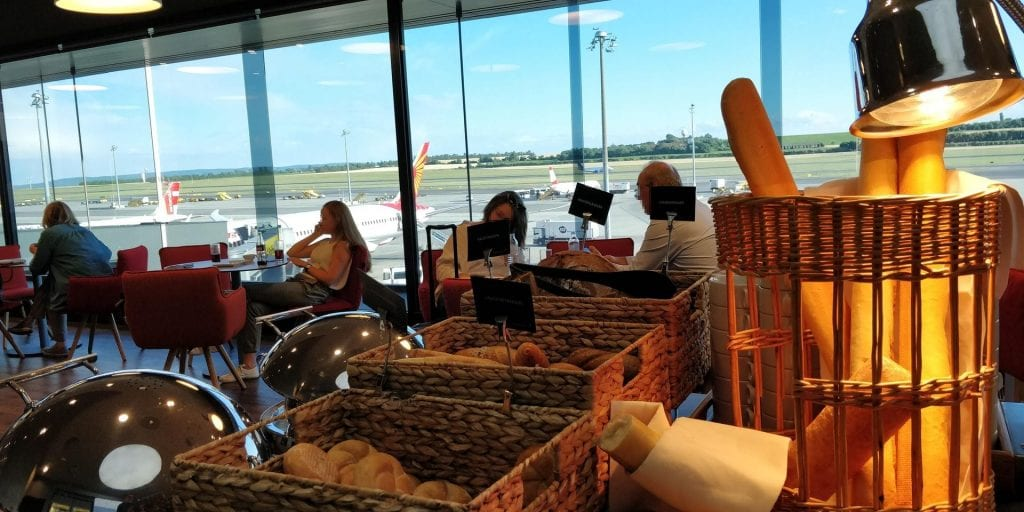 Austrian Airlines Business Class Lounge Wien Non Schengen Buffet Brot