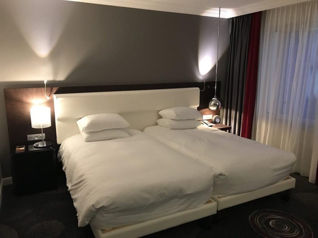 Hilton Bruessel Grand Place Deluxe Zimmer Bett
