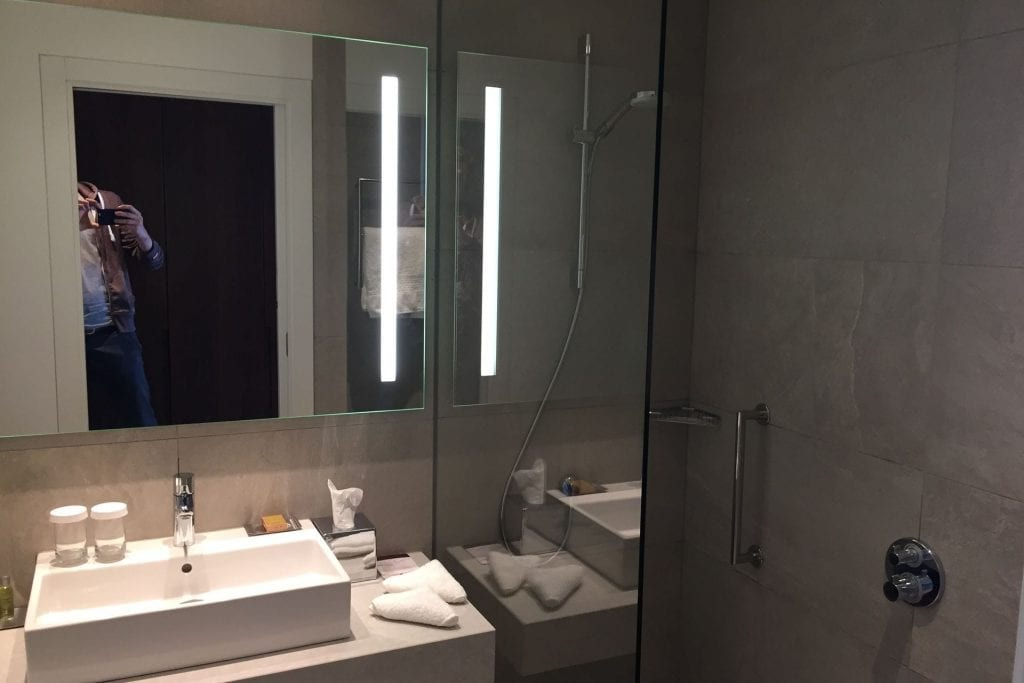 DoubleTree Breslau Bathroom 1
