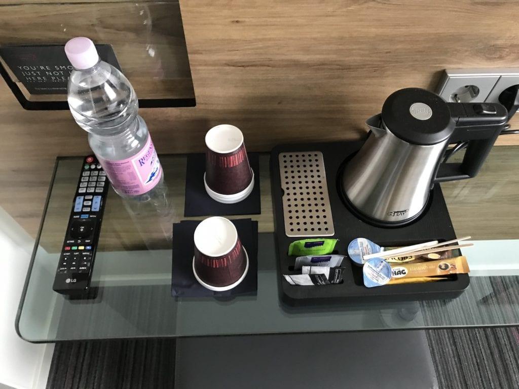 Moxy Frankfurt Flughafen Biz Zimmer Kaffeemaschine