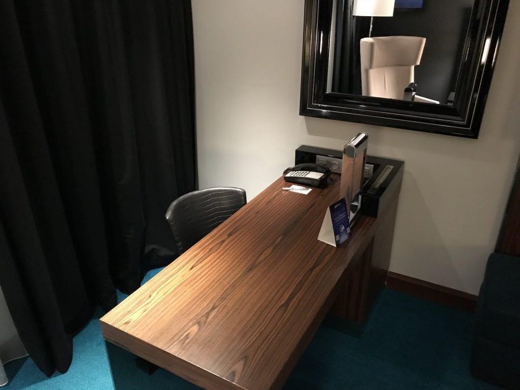 Radisson Blu Royal Bruessel Superior Zimmer Schreibtisch
