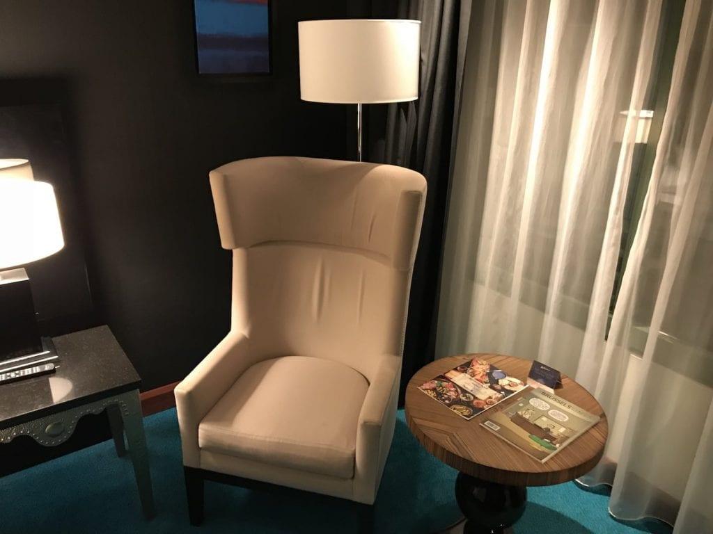 Radisson Blu Royal Bruessel Superior Zimmer Sessel