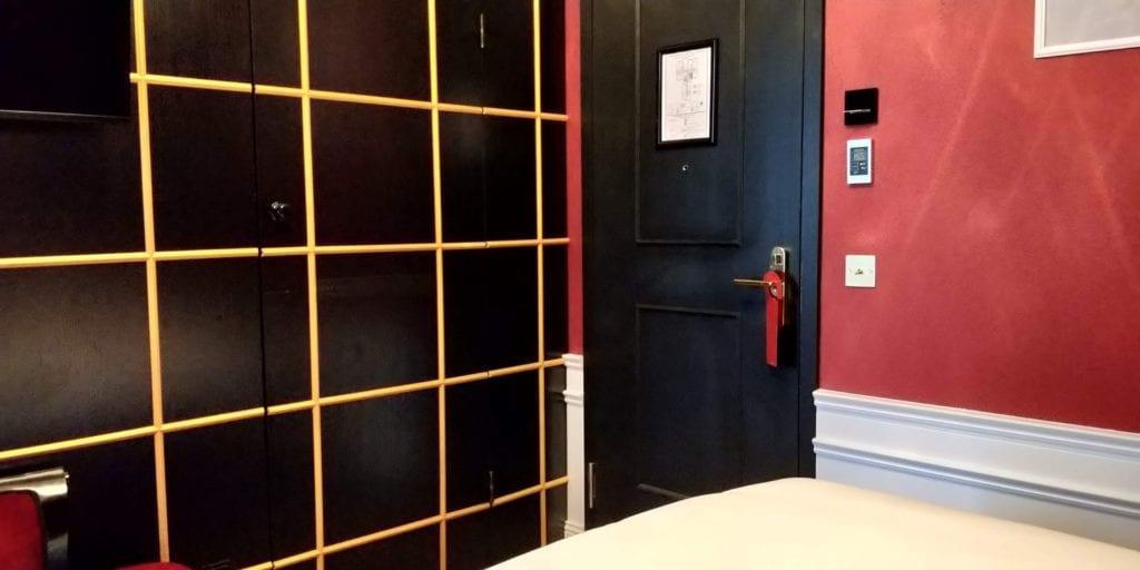 Provocateur Berlin Zimmer Tür Bad Eingang