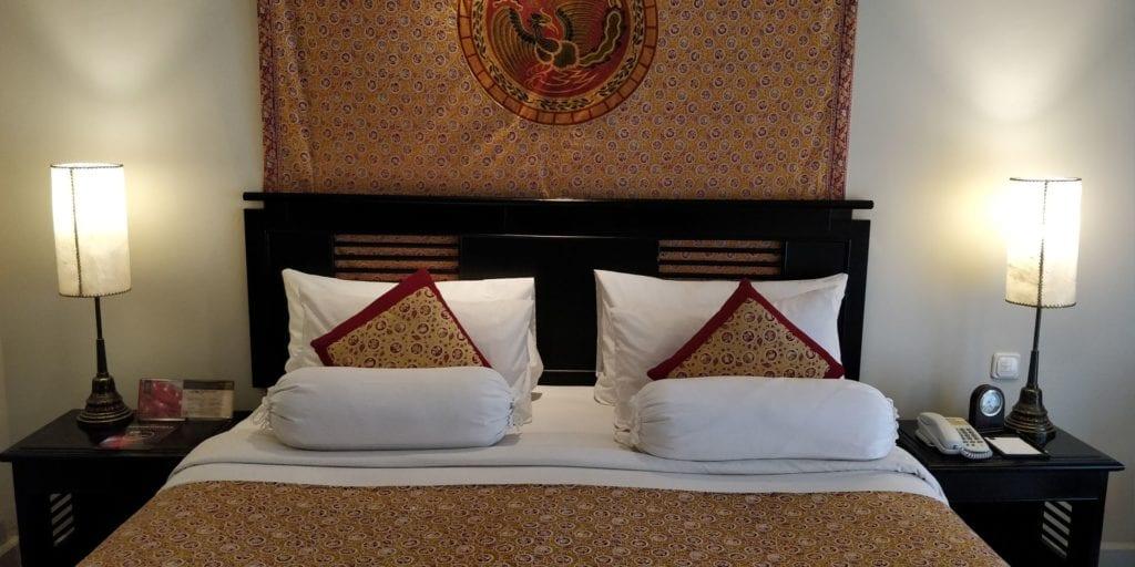 The Phoenix Hotel Yogyakarta Zimmer Bett