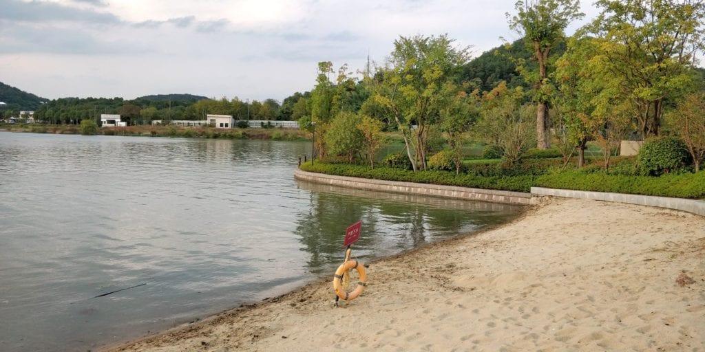 Hilton Ningbo Dongqian Lake Resort Strand