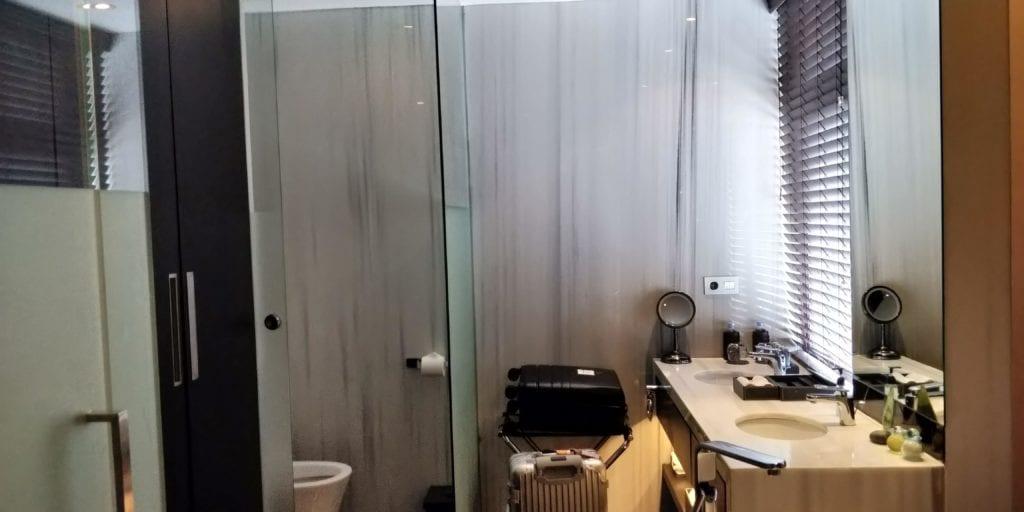 L Hotel Seminyak Zimmer Bad