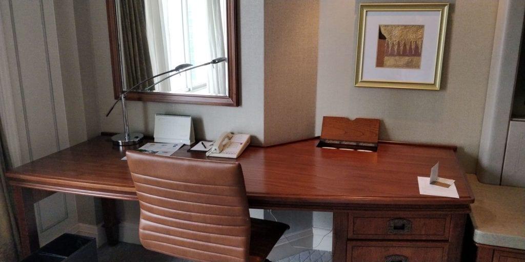 Shangri La Jakarta Zimmer 3 Schreibtisch