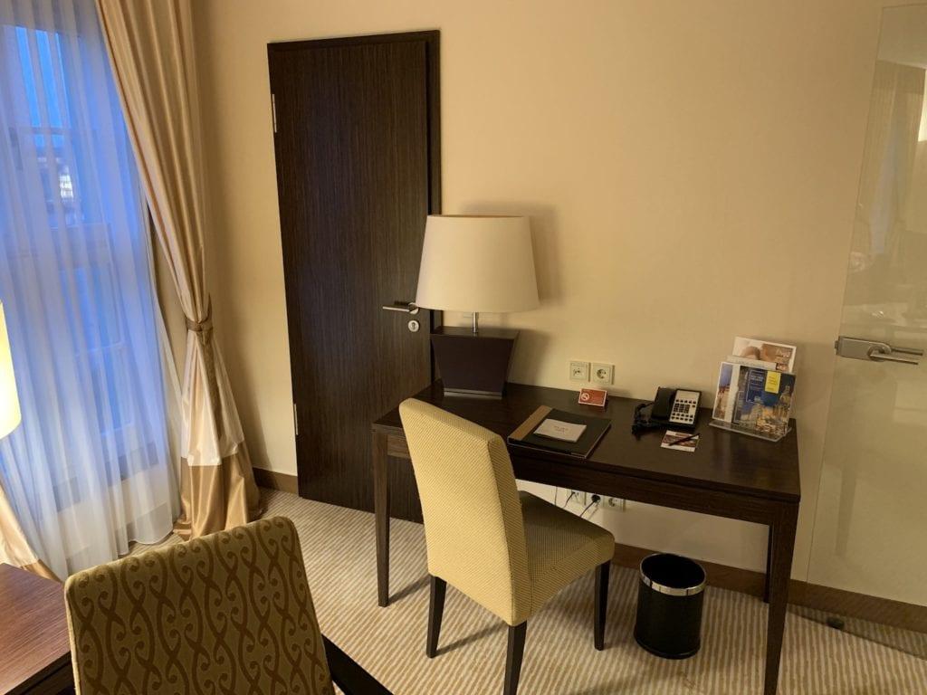 Steigenberger Hotel De Saxe Suite Wohnbereich Arbeitstisch