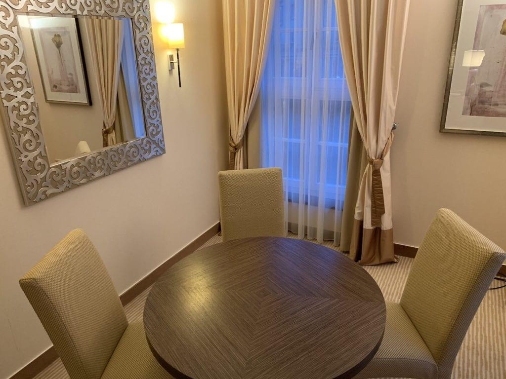 Steigenberger Hotel De Saxe Suite Wohnbereich Esstisch