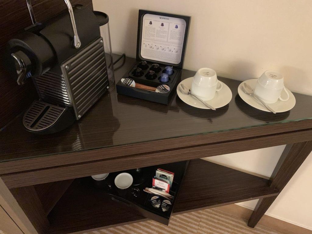 Steigenberger Hotel De Saxe Suite Wohnbereich Kaffeemaschine