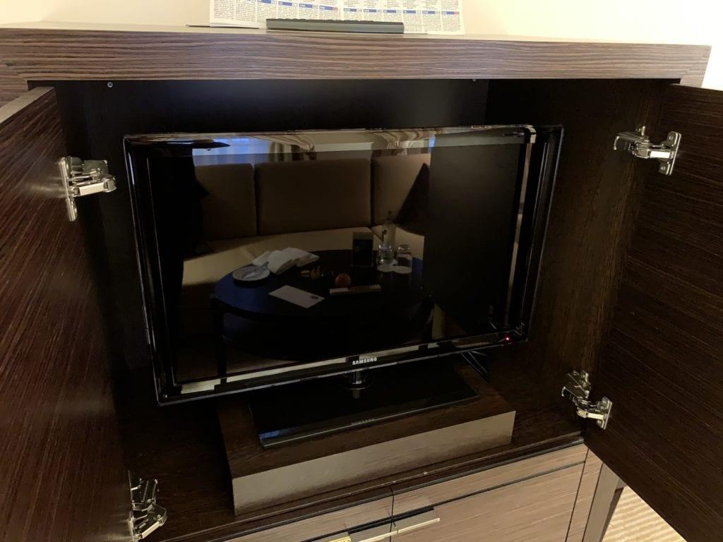 Steigenberger Hotel De Saxe Suite Wohnbereich TV