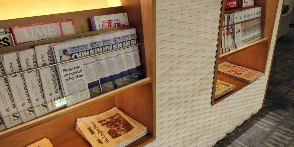 Air China Business Class Lounge Shanghai Pudong Zeitungen 2