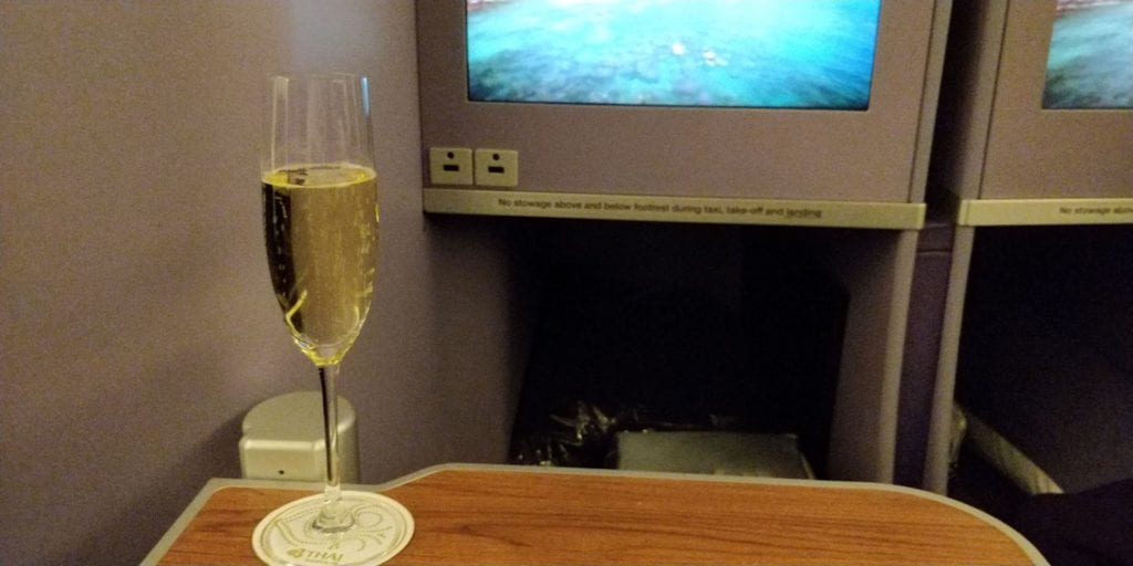 Thai Airways Business Class Boeing 777 Entertainment Champagner