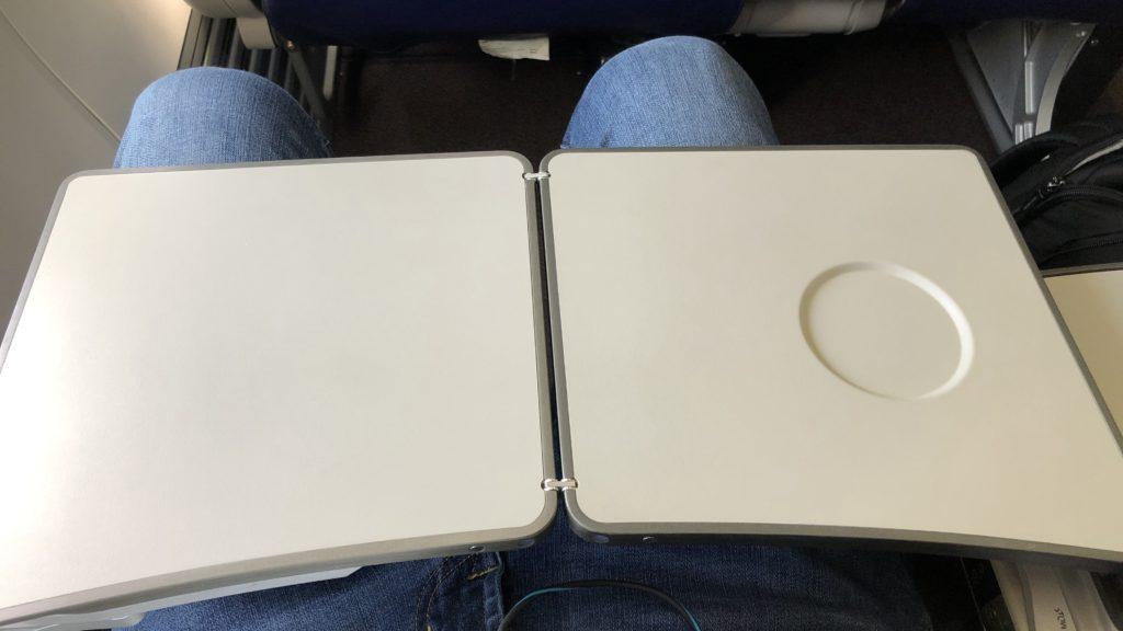 Malaysia Airlines Business Class Kurzstrecke Boeing 737 Tisch