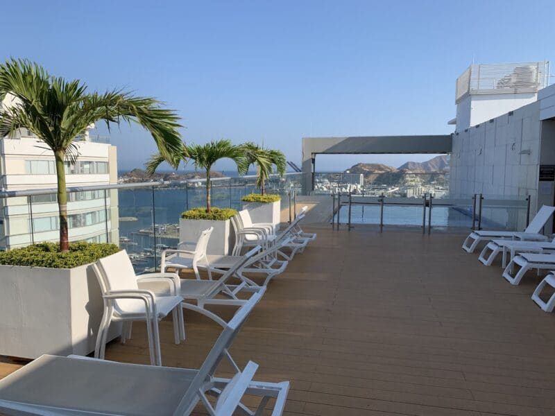 Hilton Garden Inn Santa Marta King Size Bett Zimmer Pool 2