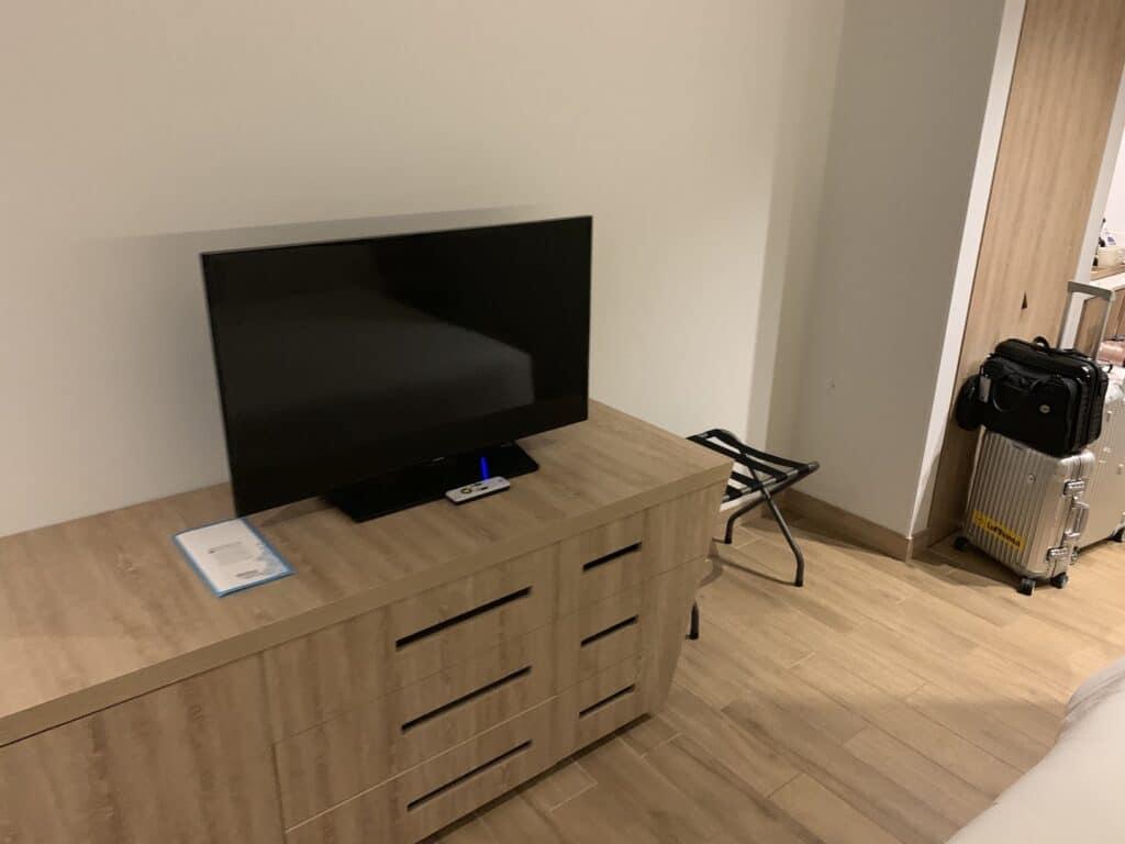 Hilton Garden Inn Santa Marta King Size Bett Zimmer TV