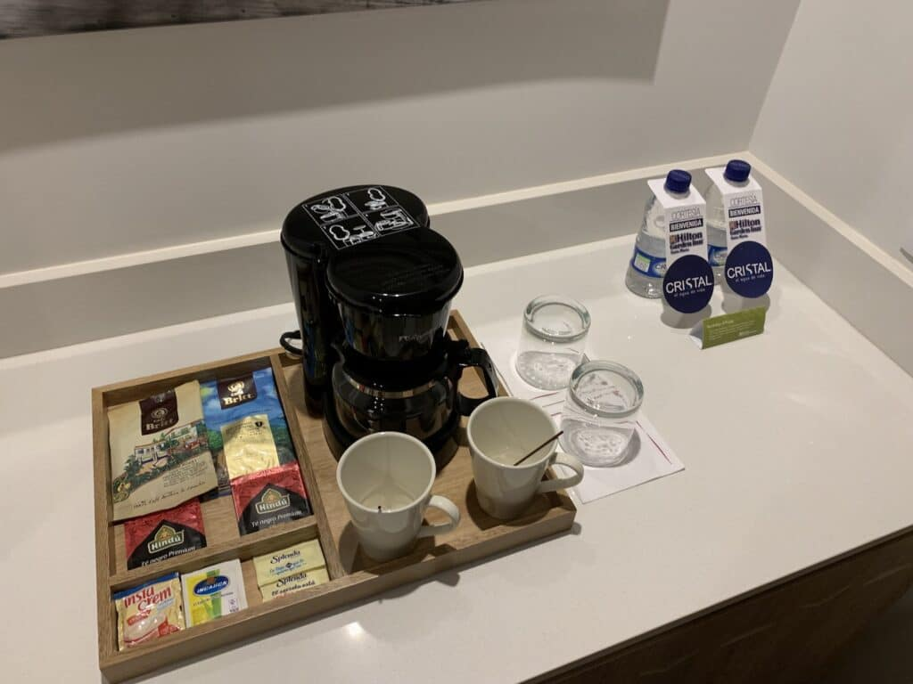 Hilton Garden Inn Santa Marta King Size Bett Zimmer Kaffee Maschine