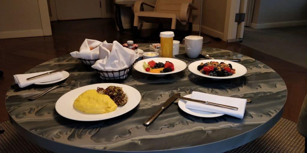 The London NYC Frühstück Room Service