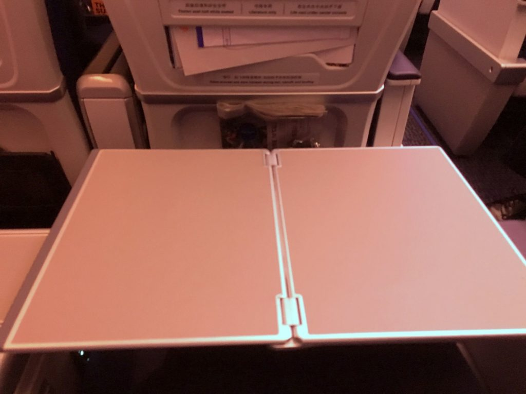 Air China Premium Economy Class Tisch