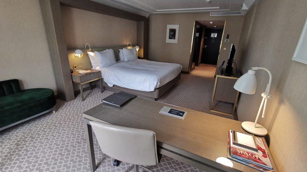 Hilton Wien Plaza Zimmer Schreibtisch