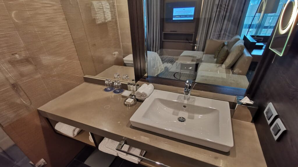 Sheraton Grand Tiflis Badezimmer Waschbecken