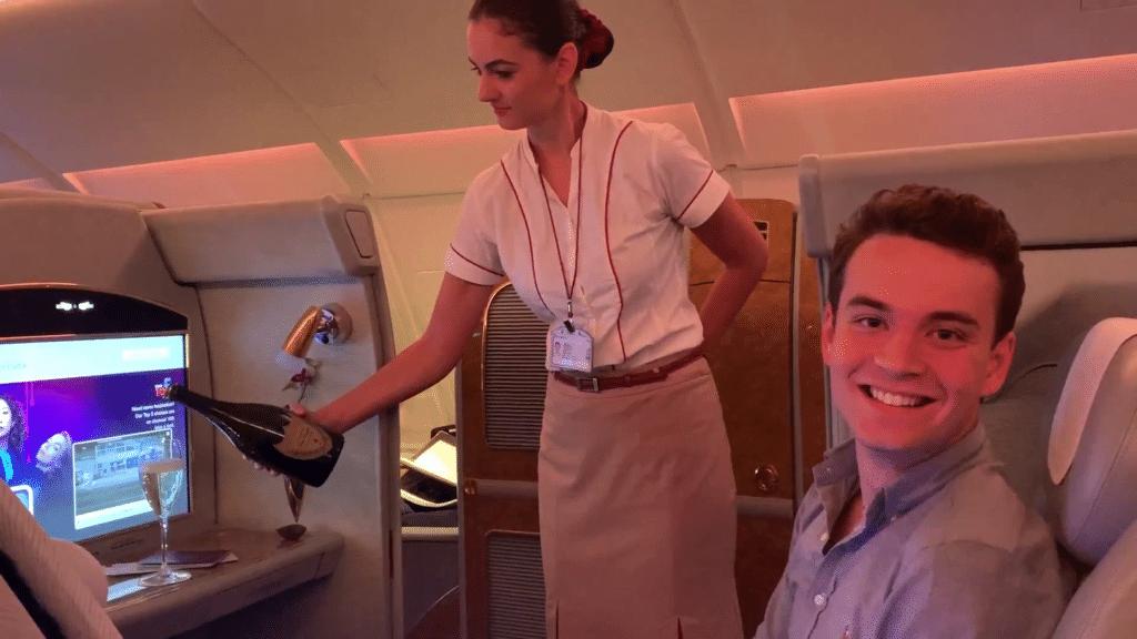 Emirates First Class Airbus A380 Champagner Einschenken
