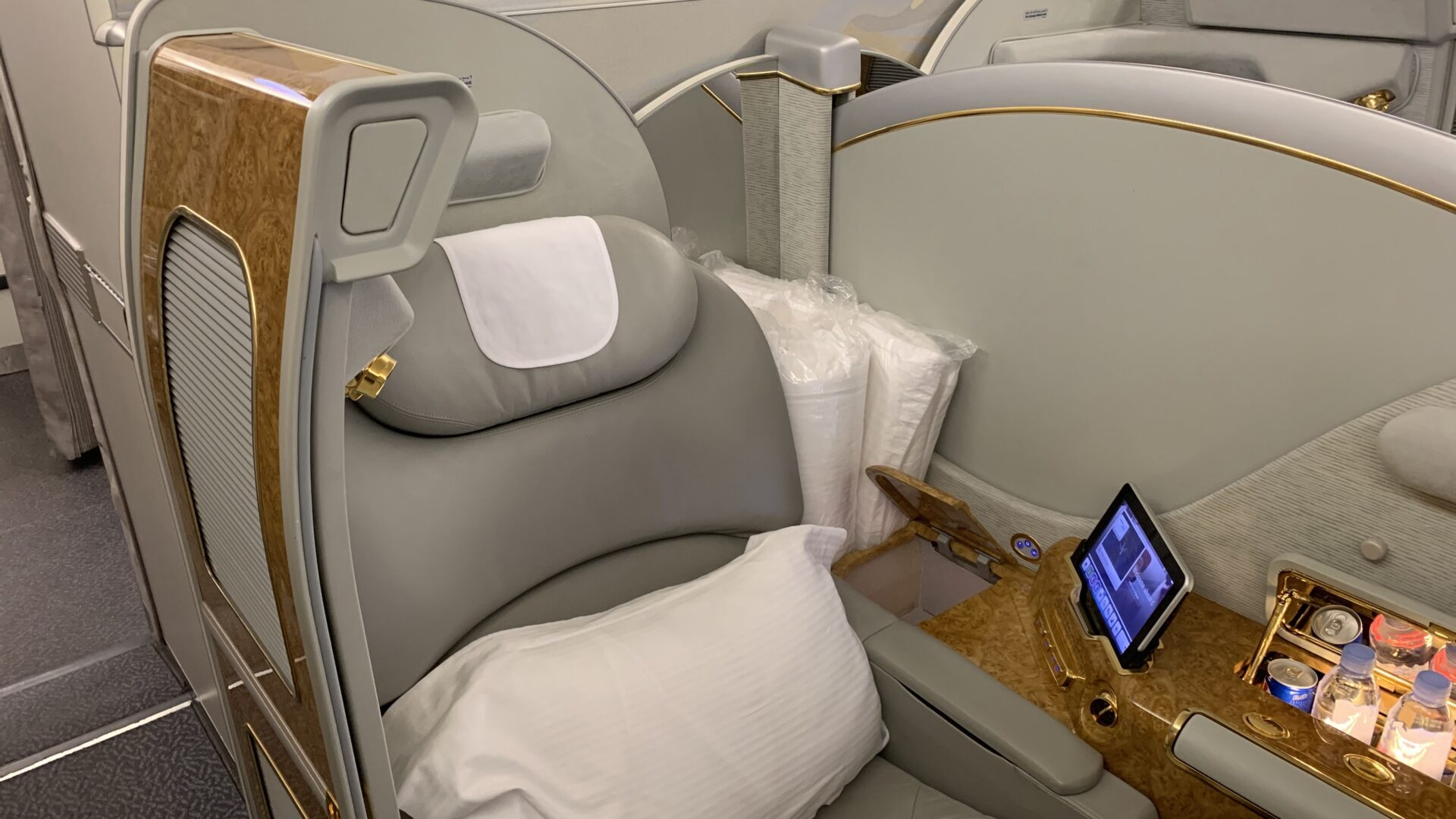 Emirates First Class Airbus A380 Suite In Der Mitte