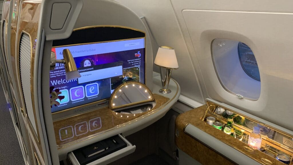 Emirates First Class Airbus A380 Suite Vorne