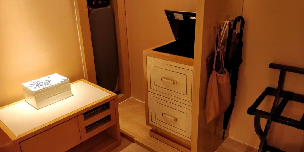 Conrad Dalian Suite Garderobe