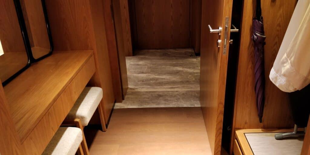 Conrad Guangzhou Suite Garderobe