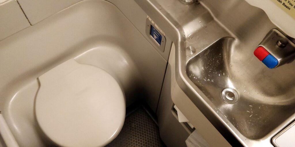 Shanghai Airlines Economy Class Kurzstrecke Toilette