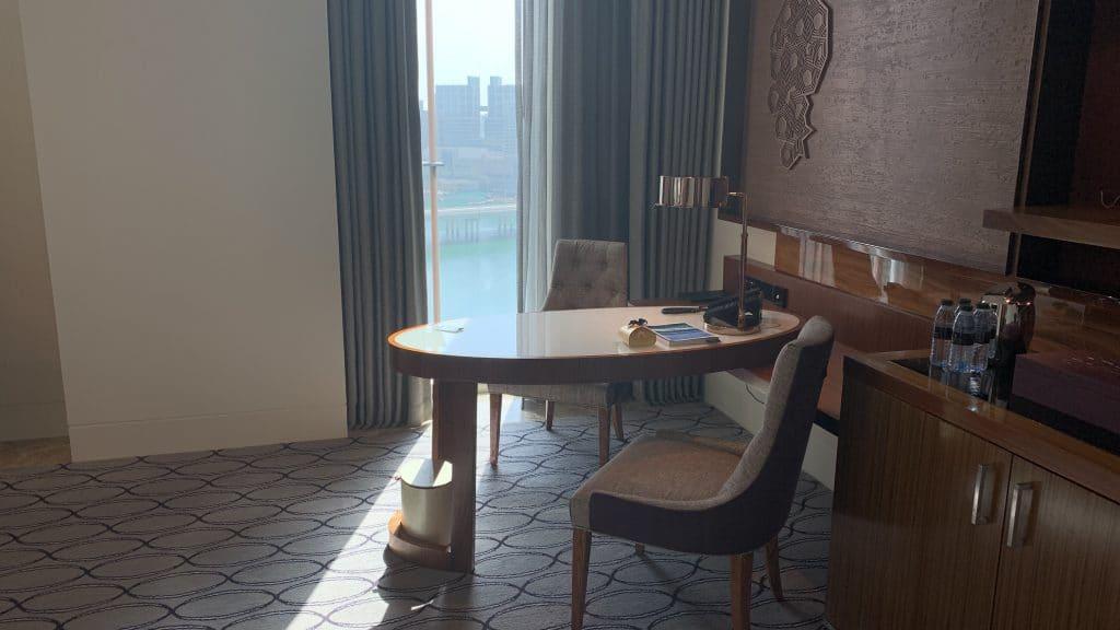 Four Seasons Abu Dhabi Schreibtisch