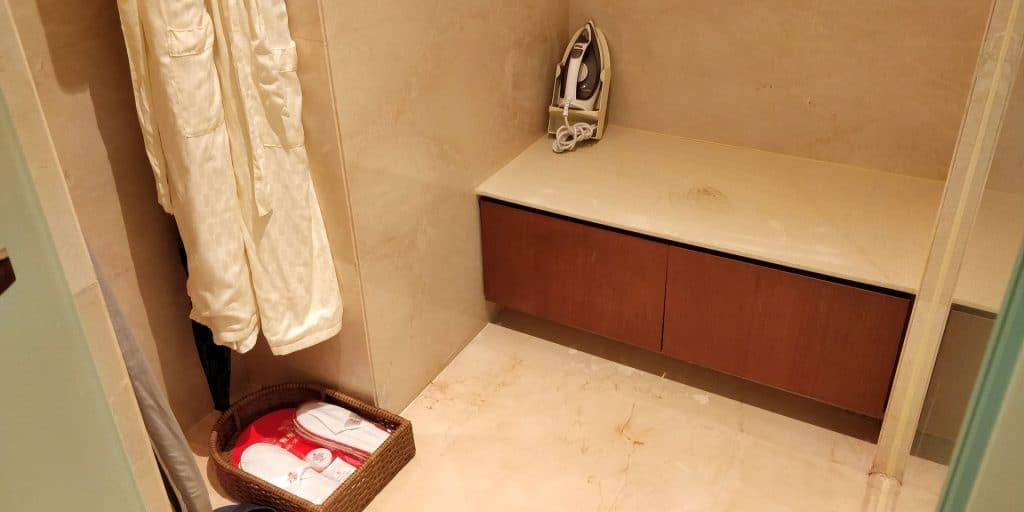 HUALUXE Kunming Suite Garderobe