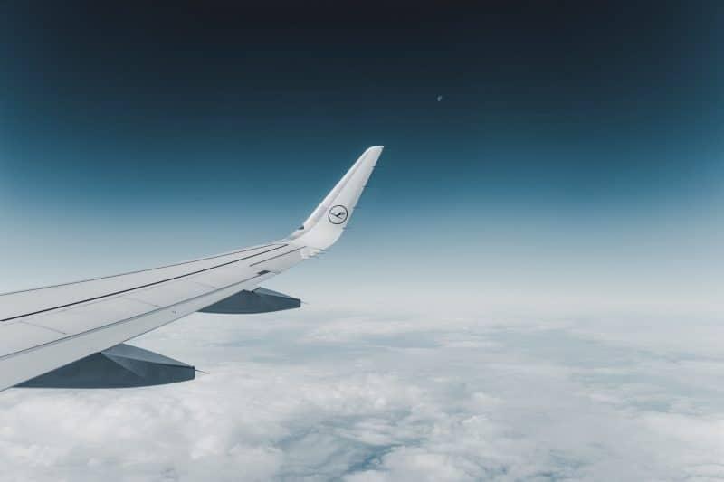Lufthansa Flugzeug Mond & Wolken