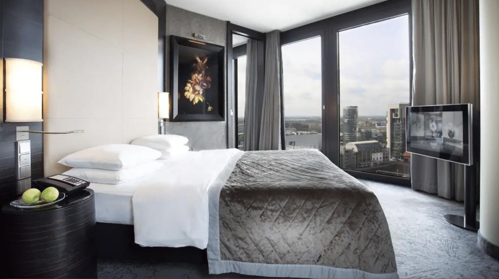 Das Hyatt Regency Düsseldorf könnt Ihr mit Vorteilen über reisetopia Hotels buchen.
