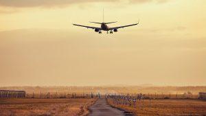 Flugzeug Landung Sonnenuntergang Flughafen Landebahn