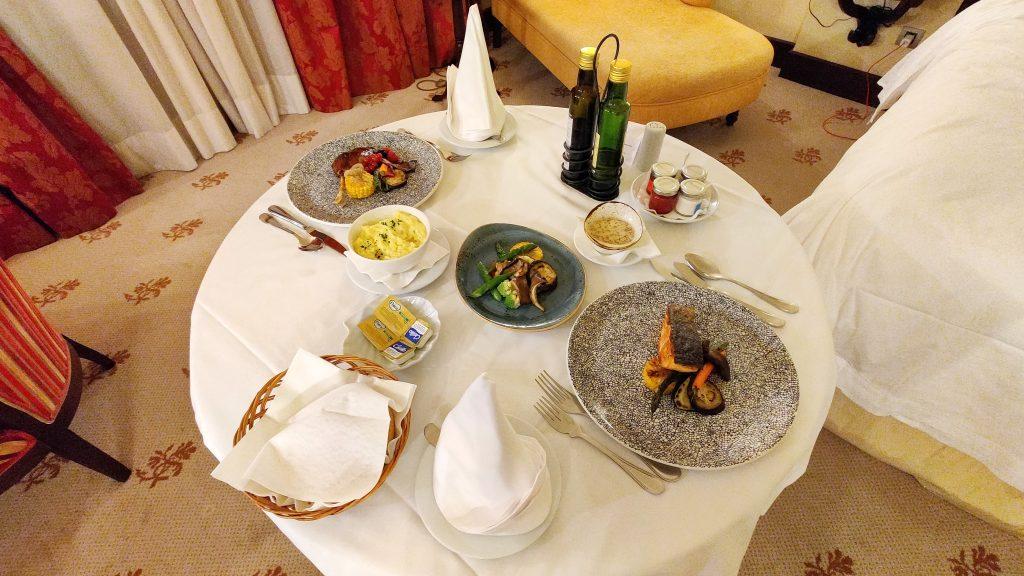 Castillo Hotel Son Vida Mallorca Room Service Abendessen