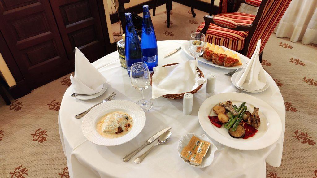Castillo Hotel Son Vida Mallorca Room Service Abendessen 4